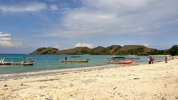 Terdapat perahu motor yang dapat kita sewa apabila ingin mengunjungi Bukit Merasa atau Pulau Payung.