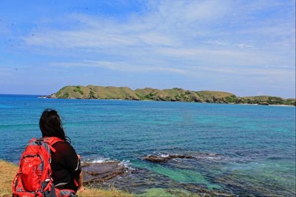 Terdapat bukit yang bisa kita naiki,,dan berpose dengan latar birunya laut Pantai Tanjung Aan.