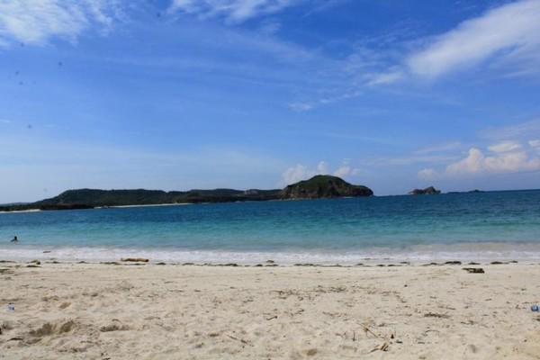 Kecantikan apa yang kau dustakan,,dengan melihat foto ini??,,Pantai Tanjung Aan bisa dijadikan refrensi liburanmu selanjutnya