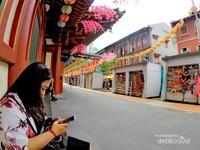 Foto Candid dengan latar Chinatown juga kece