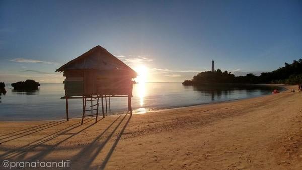 Matahari terbit di pantai Labengki Kecil