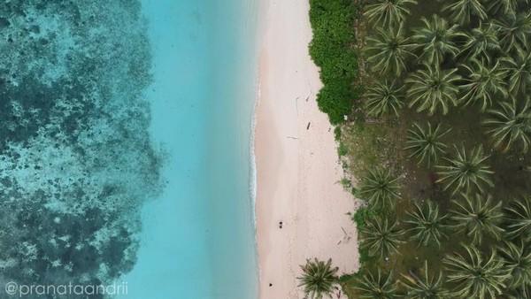 Pemandangan udara Pantai Pasir Panjang Labengki Besar