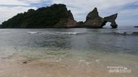 Keindahan Pulau kecil ini yang berbentuk seperti burung menambah pesona Atuh.