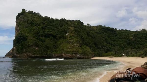 Guys untuk menuju Pantai kita harus menuruni bukit itu,,jadi disiapkan tenaga ekstra ya.