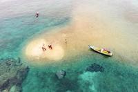 Masyarakat Desa Mampok Pulau Jemaja menyebutnya Karang Atap,merupakan tumpukan karang mati yang terbawa arus. Hanya muncul pada saat air sedang surut. Letaknya sekitar 1mil di sebelah barat Kampung Atap Desa Mampok.