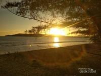 Sunset yang ditunggu-tunggu di pantai ini.