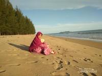 Ajak saja keluarga ke pantai ini saat pagi untuk menikmati suasana yang sejuk dan mentari nan hangat.