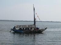 Perahu wisata ini bisa disewa sendiri atau bersama dengan penumpang lain