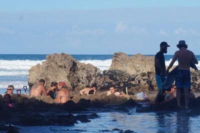 Gali Pasir di Hot Water Beach, Keluarlah Air Hangat