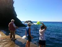 Selain berenang dan berjemur, tak sedikit dari para turis yang melakukan kegiatan memancing