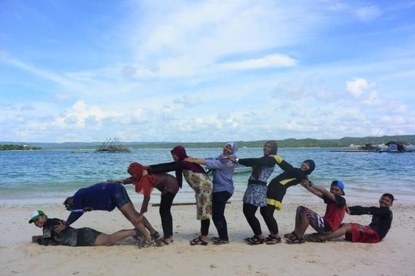 Bersantai menikmati pantai bersama teman-teman dapat mengurangi kepenatan