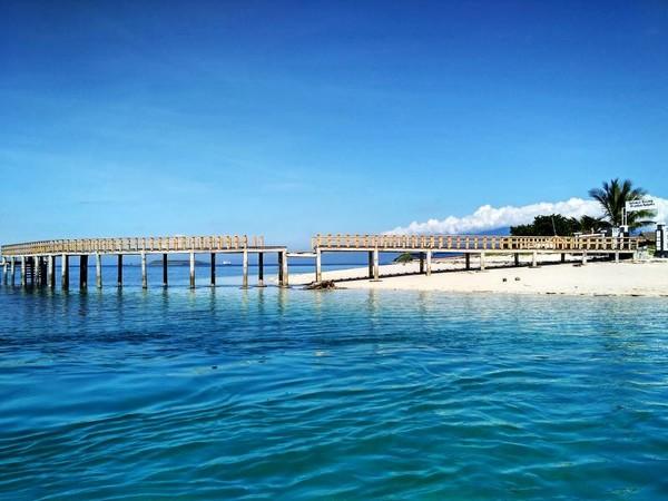 pasir putih mengelilingi garis pantai