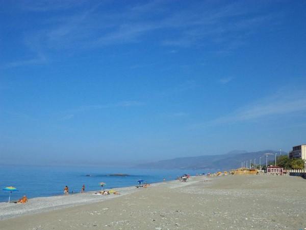 Laut mediterania di selatan Italia ini punya pemandangan eksotis dengan langit biru yang menghipnotis.