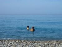 Traveler tak hanya bisa berjemur tapi juga berenang seperti para warga lokal ini.