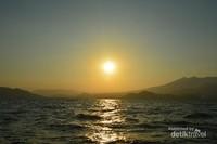 Sunset di atas perahu