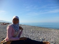 Duduk menikmati matahari dan hamparan laut biru