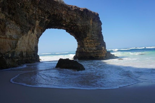 Pantai Mbawana terletak di Kecamatan Kodi, Sumba Barat Daya, sekitar 1.5 jam perjalanan dari Bandar Udara Tambolaka