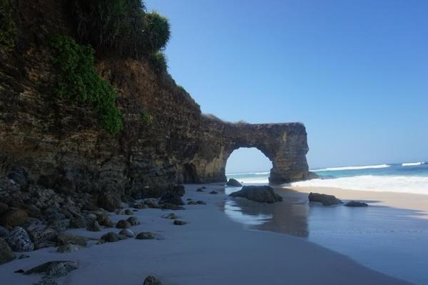 Keunikan pantai ini adalah karang bolong yang seakan membagi wilayah pantai menjadi dua