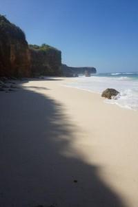 Pantai ini memiliki pasir putih yang halus dan sangat bersih