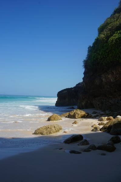 Untuk menuju pantai cantik ini, pengunjung harus melewati trek menurun yang cukup menantang dan melelahkan