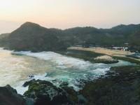 Pemandangan Pantai Siung dari atas Bukit Pengilon jelang sunset