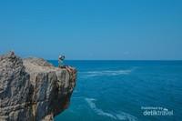 Pinggir tebing Pantai Widodaren yang fotogenik