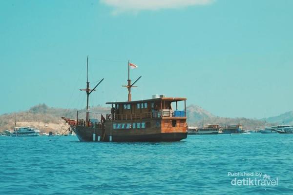 Kapal Phinisi yang membawa Aku mengarungi Laut Flores