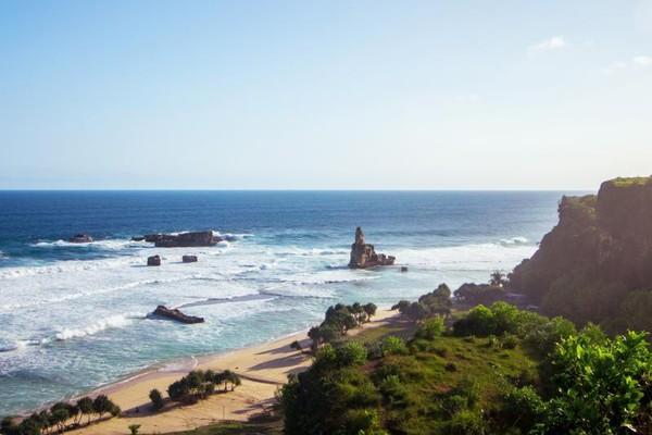 Pantai Buyutan tampak dari kejauhan