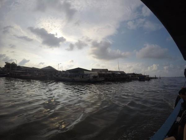 Inilah pemandangan saat kapal mulai meninggalkan kawasan Muara Kamal
