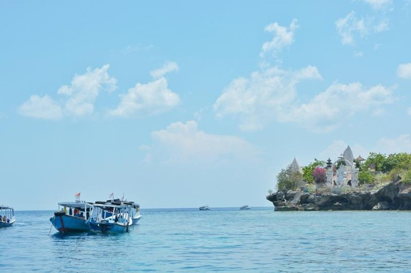 Hampir tiba di Pulau Menjangan, nampak Pura Ganesha berdiri kokoh di tepi tebing