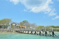 Dermaga Pulau Menjangan dengan warna laut dan langit biru yang cantik