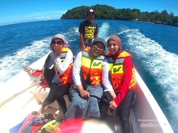 Boat kayu menuju / meninggalkan Pulau Rubiah