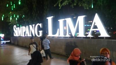 Menikmati Suasana Malam di Simpang Lima Semarang
