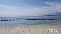 Berenang di air laut nan jernih salah satu aktivitas yang meny   enangkan di pulau Angso Duo, Pariaman, Sumatera Barat