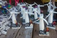 Aneka suvenir kincir angin yang bisa dibeli untuk dijadikan oleh-oleh.