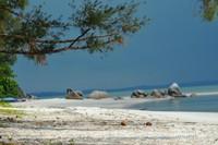 Pemandangan pantai yang cantik bisa dinikmati sambil berteduh