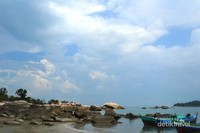 Hampir sepanjang pantai Penyusuk terdapat batu-batu granit