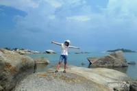 Hamparan batu granit dengan latar belakang langit biru menjadi daya tarik Pantai Penyusuk