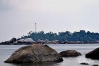 Pulau Lampu di seberang Pantai Penyusuk