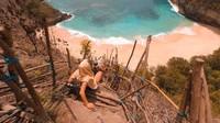 Untuk sampai ke bibir Pantai Kelingking, pengunjung harus melewati tangga curam di pinggir tebing.