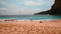 Setelah setengah jam menuruni anak tangga kamu sudah bisa menikmati pasir putih dan deburan ombak di pantai ini.