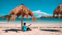 Di pantai ini kebanyaka turis datang dan berjemur. Oleh karena itu banyak payung unik dari pohon kelapa