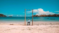 Untuk yang suka berfoto, pantai ini juga punya ayunan cantik yang siap mempercantik foto kamu