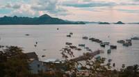 Pelabuhan Labuan Bajo juga bisa dinikmati dari atas desa