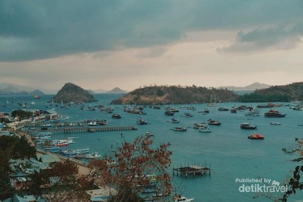 Pelabuhan Labuan Bajo dari bukit Sylvia.