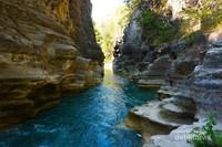 Aliran air yang mengalir diantara tebing yang indah.
