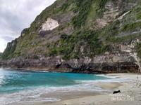 Ketika pantai cantik bertemu si tebing gagah