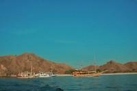 Keindahan alam saat mengarungi laut Flores menggunakan Kapal Pinisi