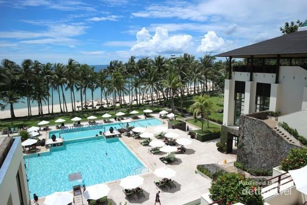 Pemandangan langit biru dari pintu masuk kedatangan resort.