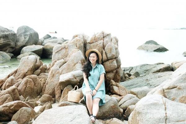 Di sisi lain pantainya pun, terdapat deretan bebatuan unik yang bagus untuk background foto.
